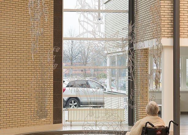 Ziekenhuizen zijn wachtplaatsen: voor een afspraak, een behandeling, de uitslag. Het zijn energieslurpers. All is well van Aya Ben Ron, ontstaan uit de langdurige samenwerking tussen het Máxima Medisch Centrum Eindhoven en het Van Abbemuseum, biedt bezoekers en patiënten een speciale plek van bezinning en reflectie.