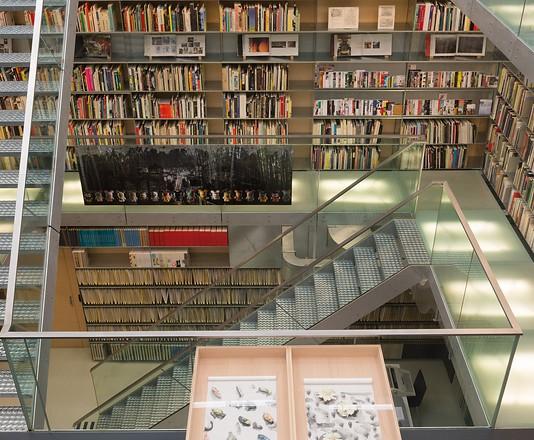 Een museum is een gebouw rondom erfgoed: het zogenaamde roerend erfgoed bestaande uit archieven, boeken en kunst. Een dergelijke erfgoedcollectie is het meest interessante en meest waardevolle bezit van een instelling als de onze. Want wat is er nu mooier dan naar een kast te lopen, er iets uit te pakken en je te laten inspireren of anderen door je keuze enthousiast te maken?