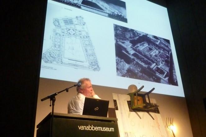 Jubileumviering Vrienden Van Abbemuseum; lezing van kunstenaar John Kormeling. Foto: Piet van Bragt